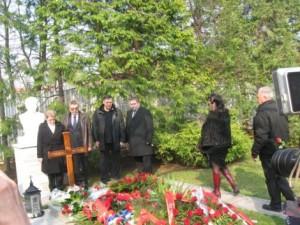 584190 pozarevac na milosevicevom grobu s.mirkovic 030 ff 300x225 Социалисты отметили 9 ю годовщину смерти Слободана Милошевича